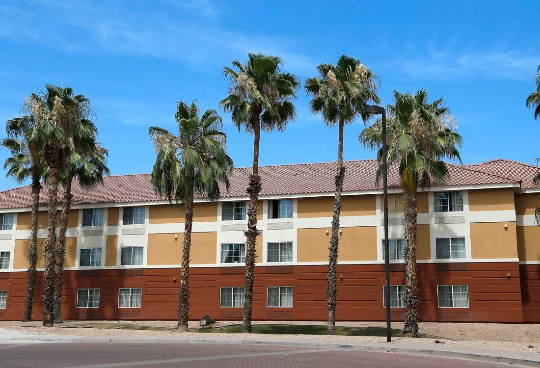 Jones barrikaderade sig på ett motellrum i Scottsdale i Arizona.