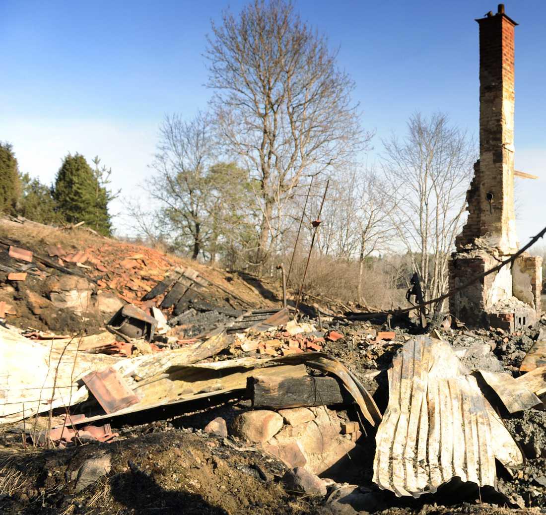 Bara ruiner återstår av det nyrenoverade huset.