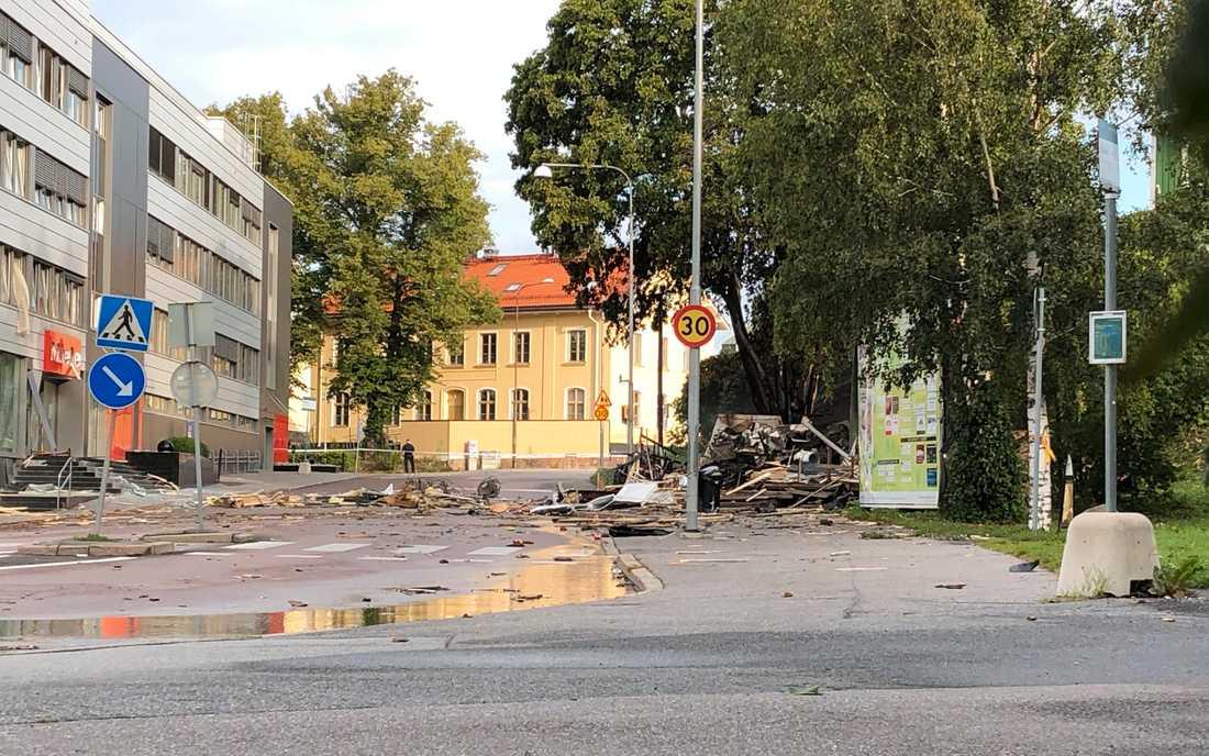 Ett stort område spärrades av i Solna under natten, sedan en mindre restaurangbyggnad exploderat och en brand uppstått.