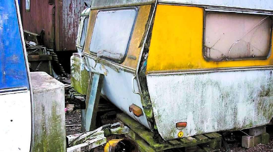 EN GÄSTARBETARE AVLED I Höganäs dog en säsongsarbetare i februari. Det fick polisen att larma miljökontoret. När inspektörerna kom dit möttes de av förfallna husvagnar, smuts, sopor och avföring.