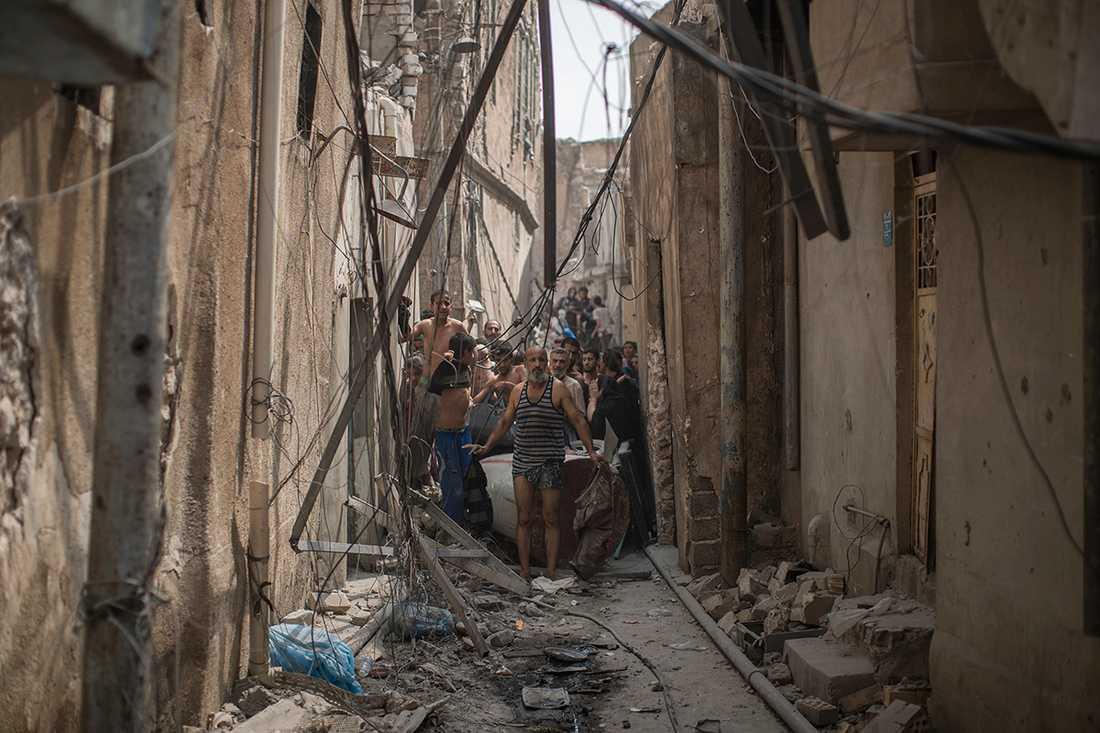 I flera fall har irakisk militär dragit vapen och tvingat framförallt män att klä av sig till underbyxorna för att kontrolleras på vapen och bomber, rapporterar AP.