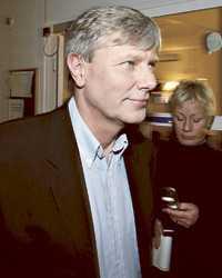 GÖR EN HALV PUDEL Många har upprörts över att Lars Ohly kallat sig själv för kommunist och i oktober 2005 meddelade partiledaren i SVT:s Agenda att han slutar kalla sig kommunist. Men den ideologiska övertygelsen bär han fortfarande med sig, menar han.