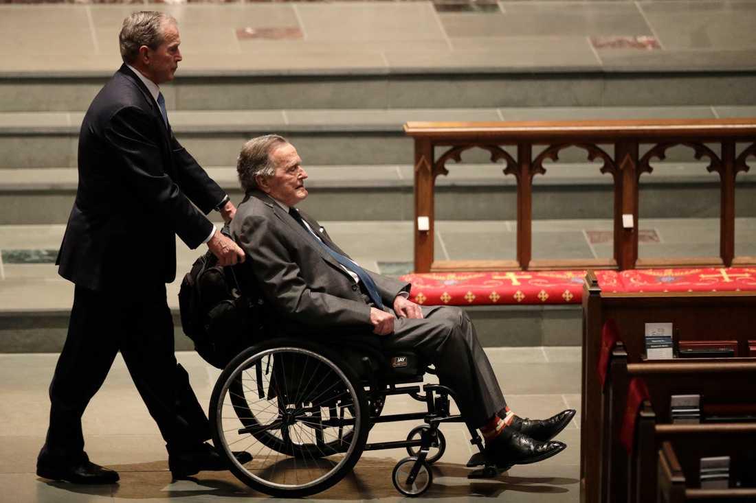 George W Bush och George H W Bush anländer till ceremonin.