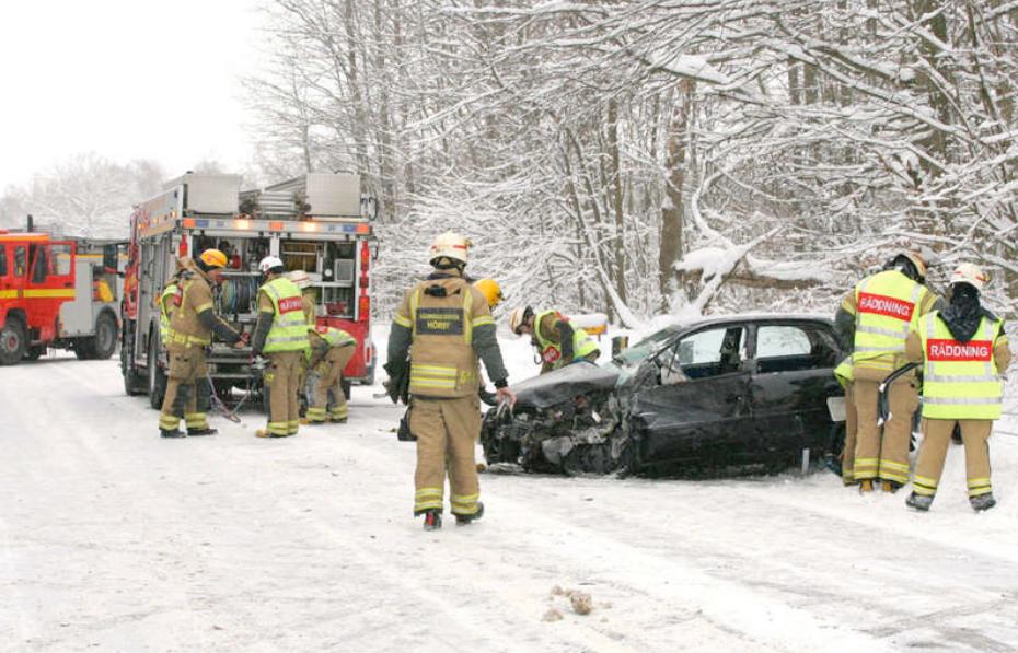 HÖÖR Två personer klämdes fast vid en olycka mellan en lastbil och personbil på väg 13 strax söder om Höör.