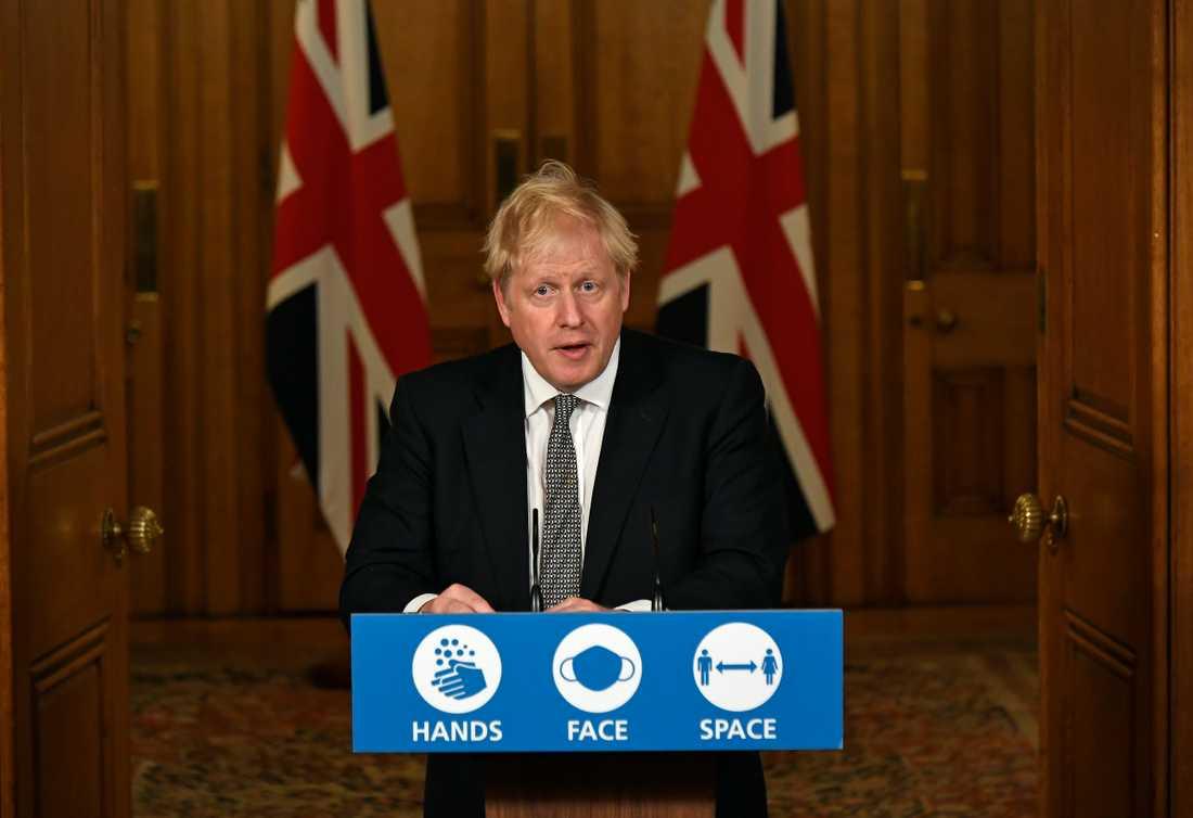 Storbritanniens premiärminister Boris Johnson meddelar att nya virusrestriktioner införs under en nästan fyra veckor lång period.