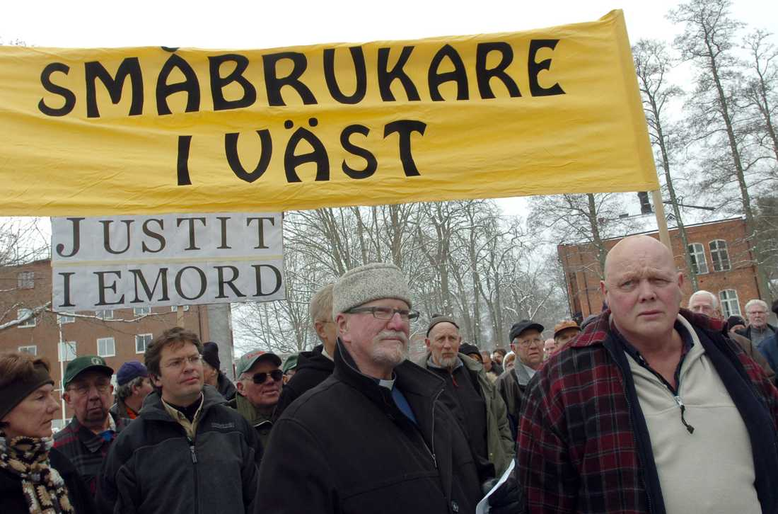 Lantbrukaren Stig Engdahl, längst till höger, dömdes 2006 till sex månaders fängelse för att ha skjutit en varg. På väg till fängelset Östragårdsanstalten i Vänersborg följdes han av demonstranter som stöder honom. Till vänster om honom går prästen Nils Lundbäck.