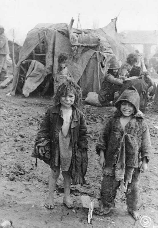 Två romska barn i regn och lera i Tirastopol nära Transnistria, dit romer deporterades under andra världskriget. Bilden är tagen 1944.