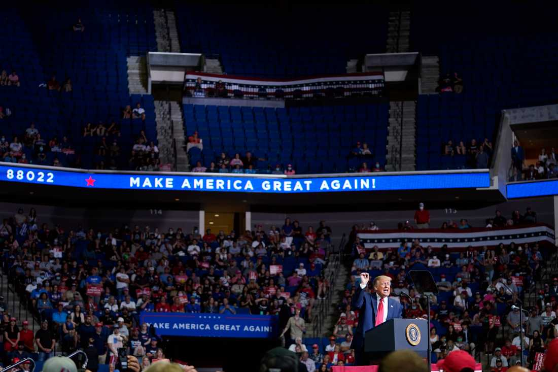 President Donald Trump talar under kampanjmötet i Tulsa.