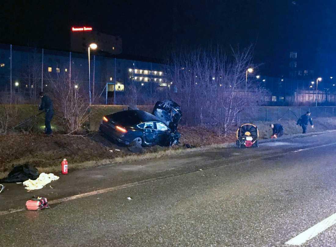 Polisen vid kollisionsplatsen och 20-åringens stulna Audi A5.