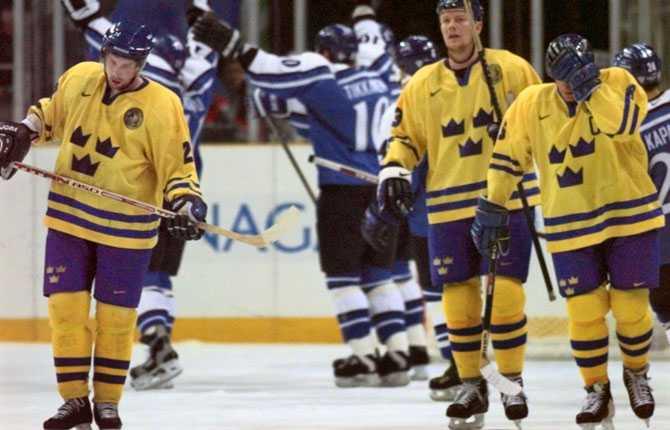 UTSLAGNA Det blev ingen repirs på OS-guldet från Lillehammer. Sverige blev utslaget av Finland efter förlängning och här deppar Forsberg tillsammans med lagkamraterna medan finländarna jublar.