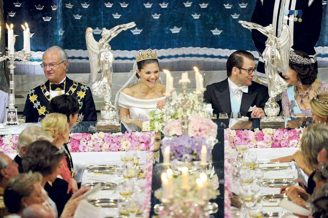 Skrattsalvorna duggade tätt hos de lyckliga tu under bröllopsmiddagen. Och kärleken och magin trängde igenom tv-rutan.