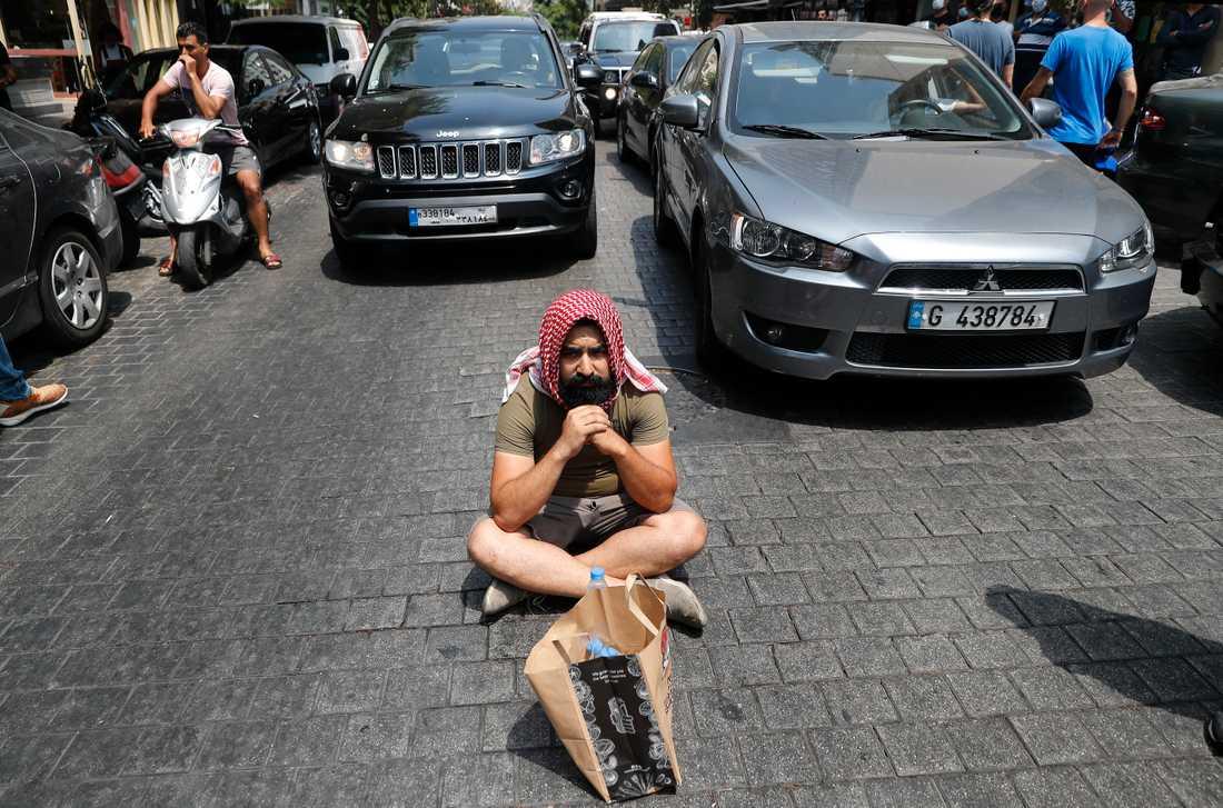 En regeringskritisk demonstrant i Hamra i Beirut den 3 juli, i närheten av platsen där en libanesisk man nyligen tog sitt liv på grund av försämrade levnadsförhållanden.