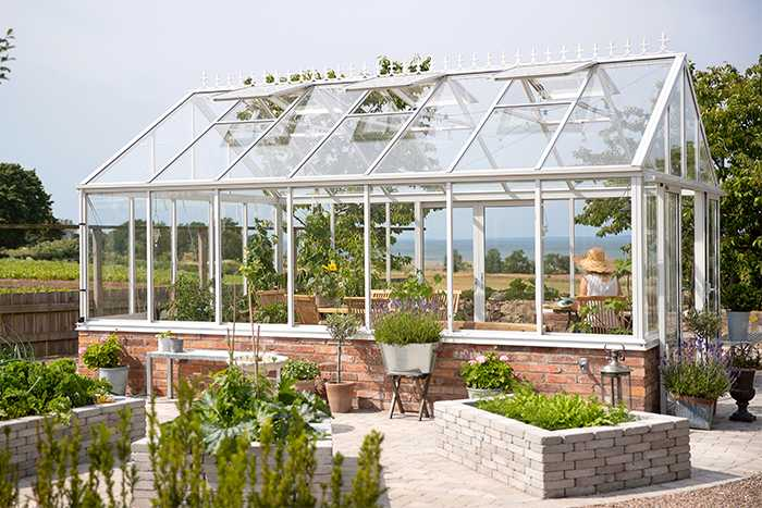 Växthus Green room wall, 21 m2, 76 900 kr, muren och nockdekorationerna ingår inte i köpet, Willab garden.