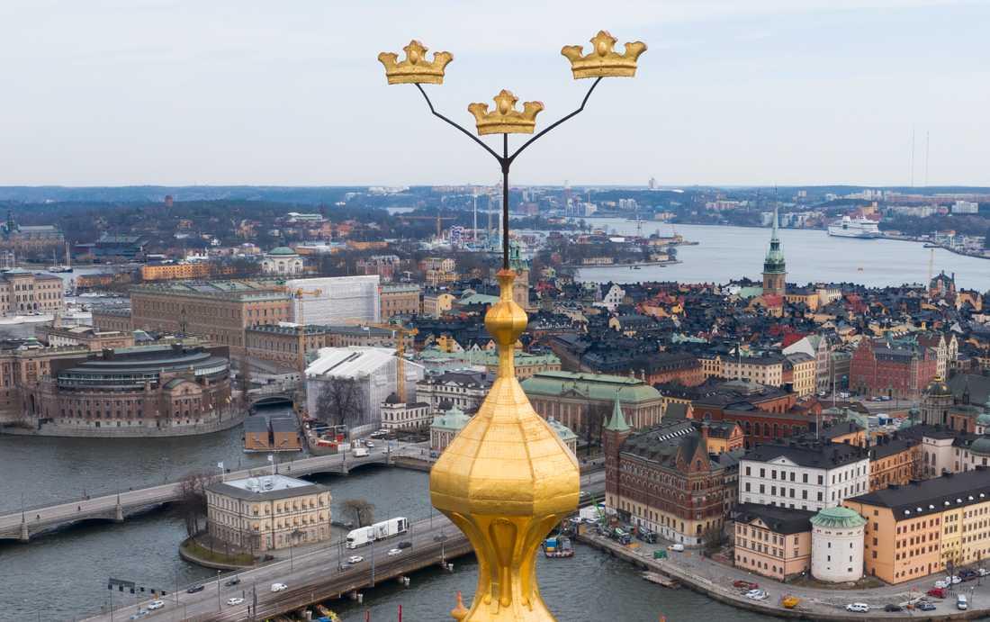 Stockholm är den region och kommun som får mest statligt krisstöd i den första rundan. I förgrunden syns Stockholms stadshus spira. Arkivbild.