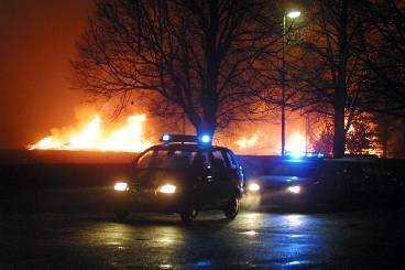 dyr brand i tullinge Rikskriminalpolisens modernaste helikoptrar brann i går natt upp när hangaren i Tullinge söder om Stockholm eldhärjades.