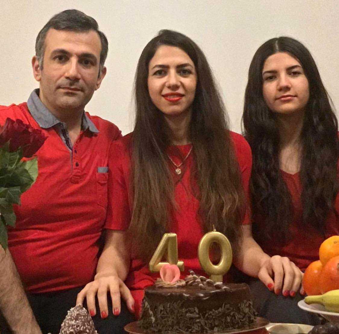 Familjen firar mamma Azadehs 40-årsdag. Till vänster pappa Siavash, till höger Paria.