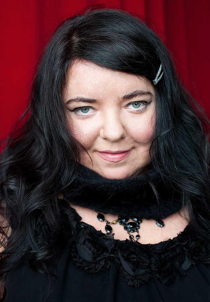 """Lina Hagelbäck (född 1971) överraskar med ett egensinnigt och expressivt språk i debutromanen """"Violencia"""". Foto: Brombergs"""