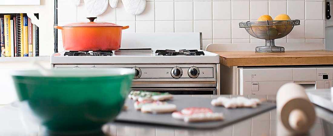 Brödkavel, bakplåt och gryta på spisen. De nya mäklarbilderna på säljobjekt ska andas av liv, att här pågår saker.