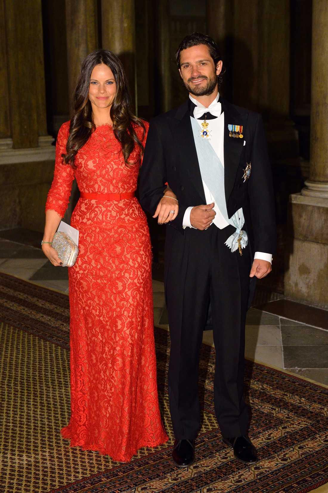 Vilken fullpott, Sofia! Den ljuvliga spetsklänningen från Tadashi shoji satt verkligen som en smäck på den blivande kungligheten under sin första slottsmiddag i november 2014.