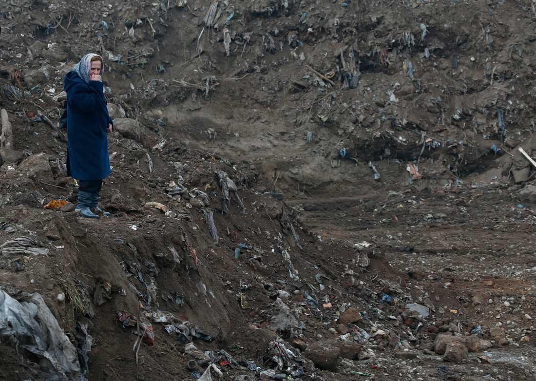 Bosniskan Nura Begovic från Srebrenica vid en massgrav i byn Kozluk, där offer från folkmordet i juli 1995 begravdes. Bild från 2015.