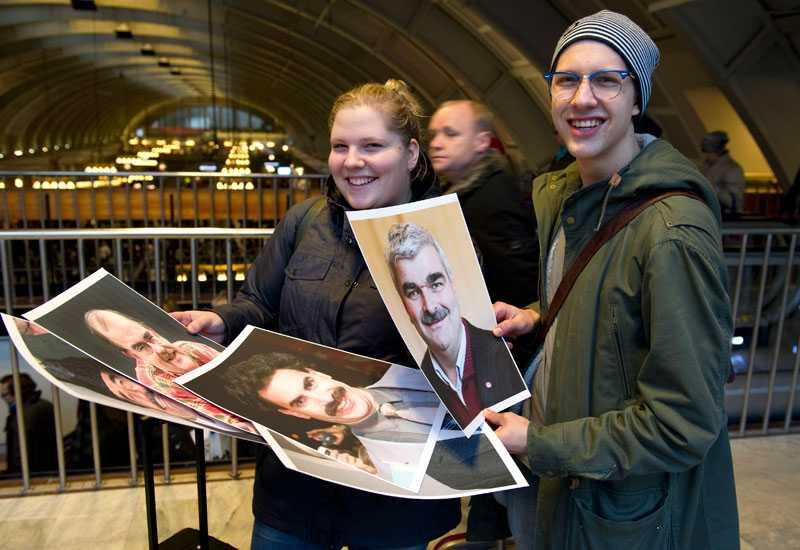 """Marina Staaf, 22, och Efraim Kiland, 22, från Norrtälje kände inte igen Håkan Juholt. Men tyckte det var bra att han skämtade om sin mustasch: """"Det är lite brist på humor bland politiker. Jag tror folk nappar på politiker som inte bara har allvarliga sidor"""", säger Efraim. De tycker att Juholt är mest lik """"Loket"""" Olsson."""