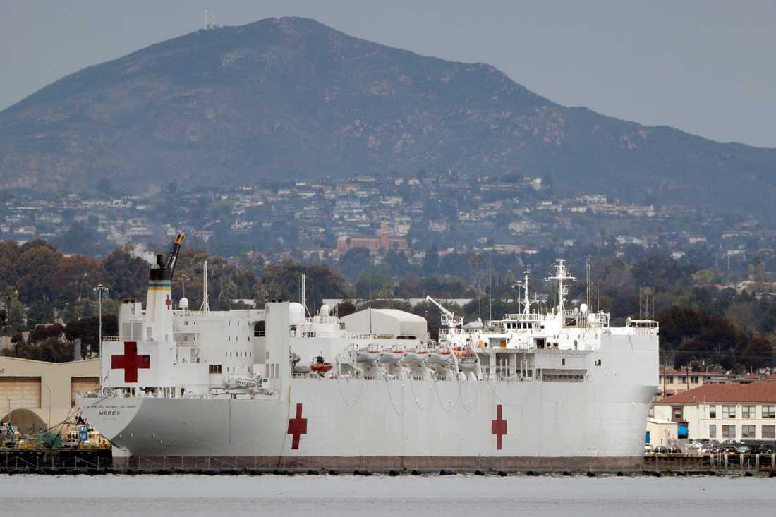 Den amerikanska flottans fartyg Mercy, här liggandes vid kaj i San Diego, skickas till Los Angeles för att hjälpa till att hjälpa till med coronakrisen.