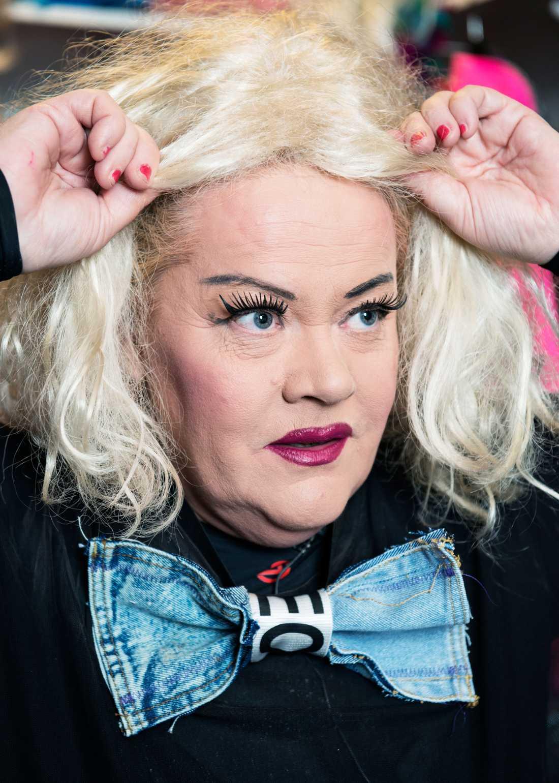 Dragshow-artisten Leo B visar hur man förvandlar sig till en dragshow-queen