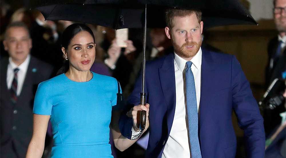 Hertiginnan Meghan Markle och prins Harry lämnar lyxhuset Frogmore Cottage.