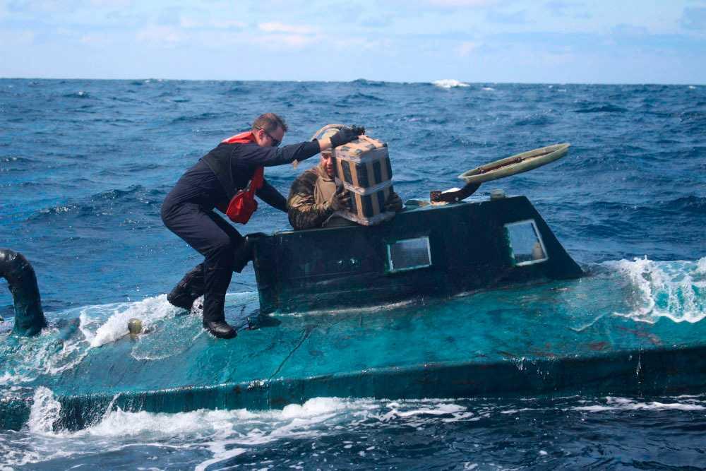 Amerikanska kustbevakare på en typ av delvis sänkbar farkost (ej den aktuella i Peru) som narkotikasmugglare har en förkärlek för. Arkivbild.