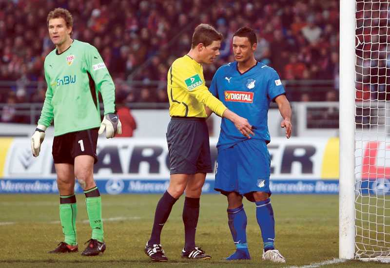 Jens Lehmann har hunnit bli 39 år men vet fortfarande hur man skapar rubriker. I helgens match mot Hoffenheim snodde han Sejad Slihovics sko och kastade upp den på målet. Efteråt skyllde han på domaren.
