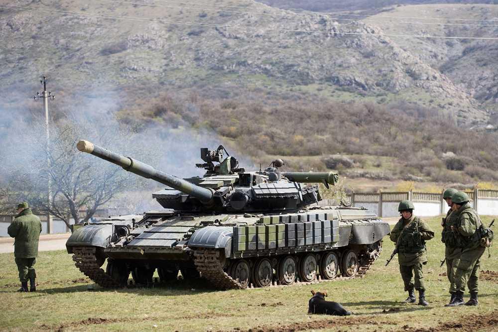 Ryska trupper utanför en militärbas på Krimhalvön