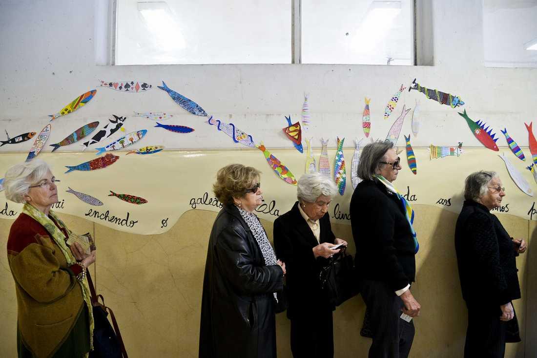Väntar på att få rösta i vallokalen på Paula Vicenteskolan i Lissabon.