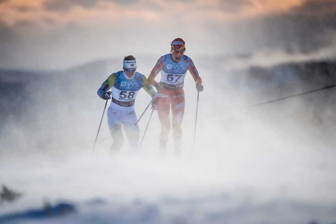Marit Björgen och Heidi Weng i spåret.