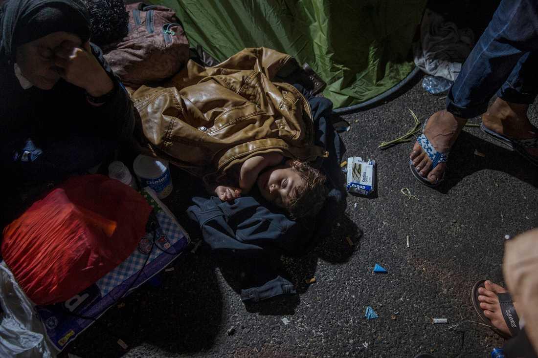Bland de tusentals människor som nu är på flykt är många, många små barn.