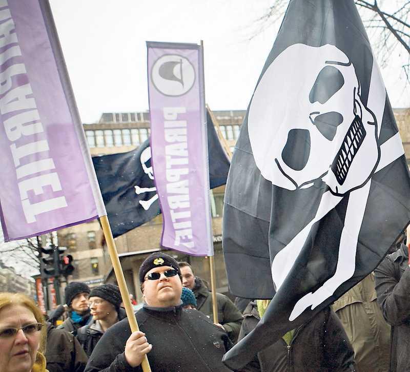 Hundratals sympatisörer demonstrerar i samband med den första rättegången mot The pirate bay i februari 2009.
