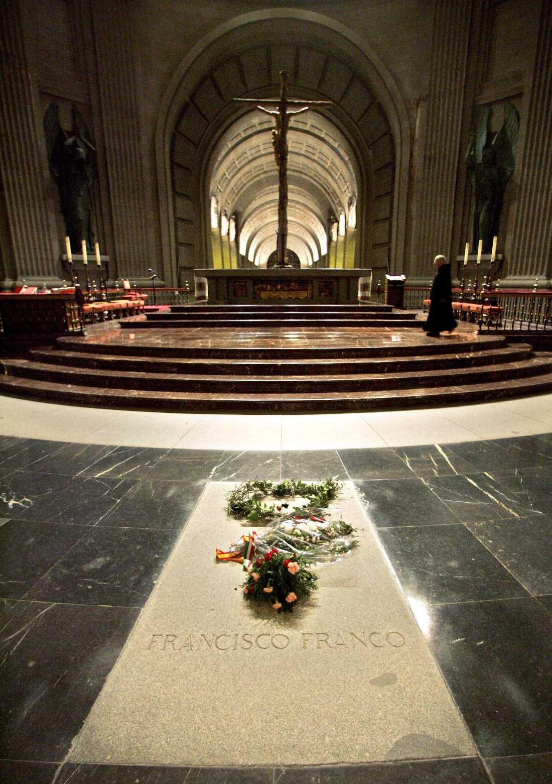 Blommor på Francos gravsten i mausoleet i Valle de los Caídos utanför Madrid. Nu flyttas kvarlevorna till en mer diskret plats. Arkivbild.