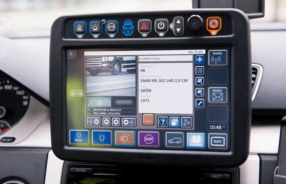 Polisens ANPR-system. Kameror läser av registreringsskyltar automatiskt och matchar mot register för bristfälliga och efterlysta fordon. Resultatet visas på skärm i polisbilen.