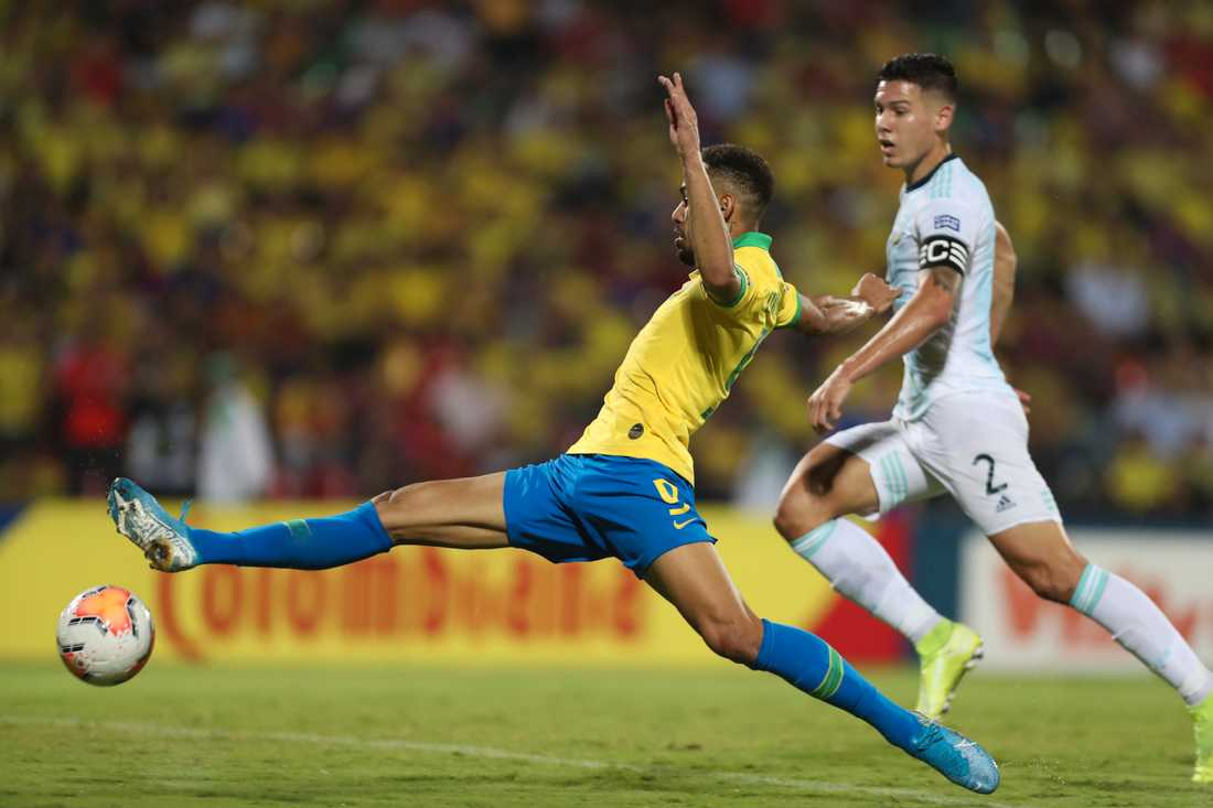 Brasiliens Matheus Cunha lyckas få en tå på bollen och göra 2–0 mot Argentina i OS-kvalet.