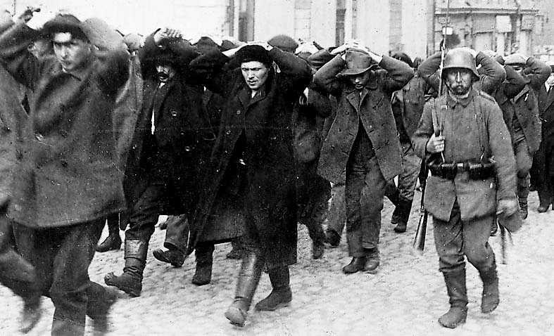 Röda fångar förs genom Helsingfors av tyska soldater.
