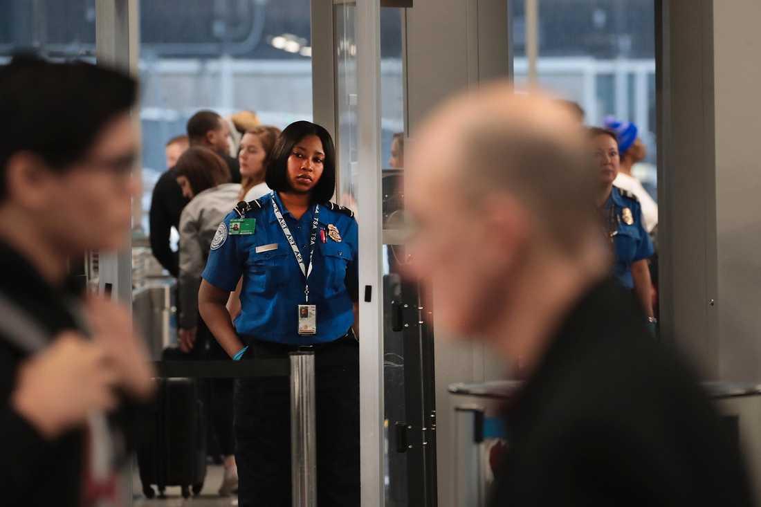 Säkerhetspersonalen (TSA) på flygplatsen O'Hare International Airport och andra flygplatser runt om i USA arbetar just nu utan att med säkerhet veta om de får betalt för sitt arbete. Lönen ska betalas ut den 11 januari och enligt AP har allt fler TSA-arbetare sjukskrivit sig den senaste tiden.