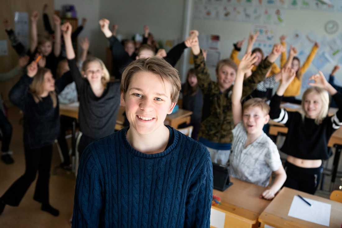 Andreas Magnusson tillsammans med klass 5A på Mockfjärdsskolan.