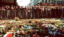 mordplatsen Efter mordet den 28 februari 1986 samlades många svenskar på Sveavägen i Stockholm.