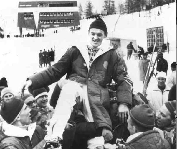 Assar hissas efter OS-guldet i stafett i Innsbruck 1964.