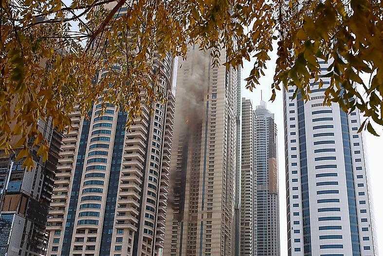 Lågor slog ut från den 75 våningar höga skyskrapan i Dubai.