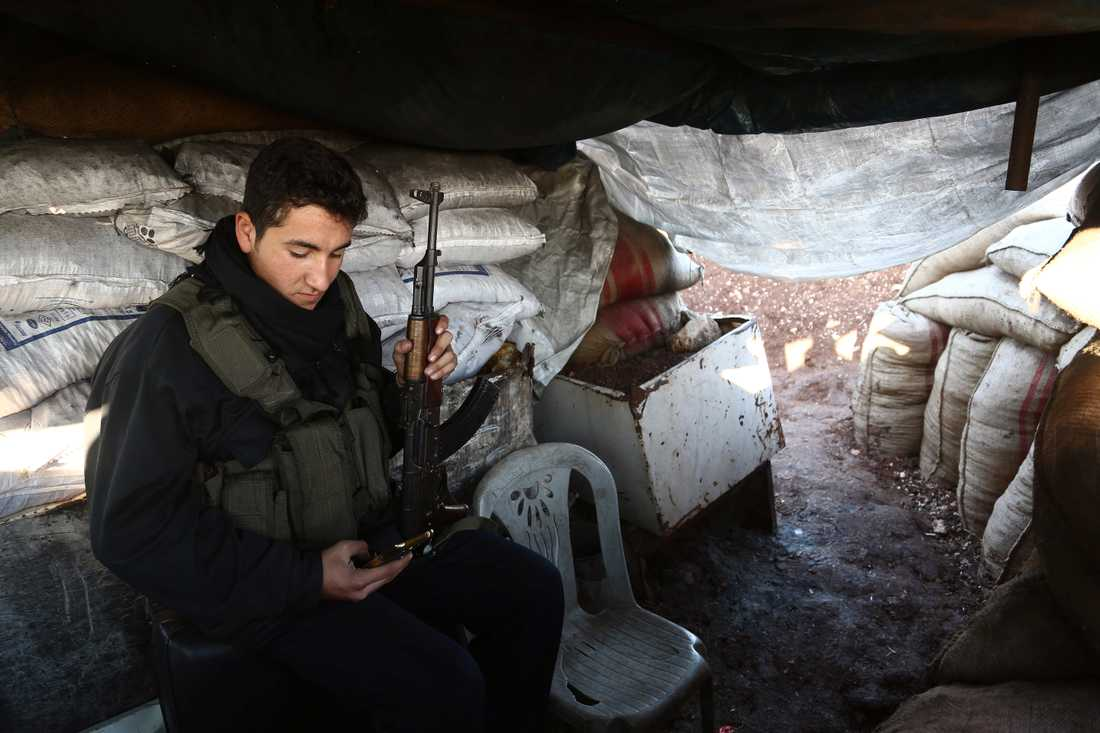 ´rinEn soldat från Fria Syriska Armén som backas upp av Turkiet förbereder sig för strider kring syriska Afrin.