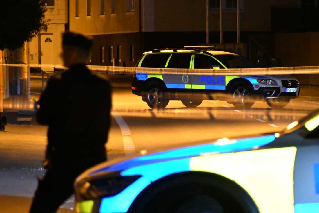 Polisen har spärrat av gatan där männen hittades.