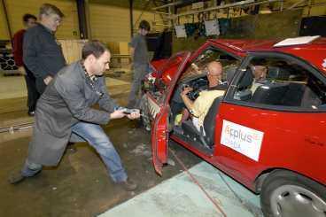 Den Toyota Corolla som krocktestats är från 1994. Den hörde till en modellfamilj som konstruerades i slutet av 1980-talet och som såldes från 1993 till 1997. Krockkudde infördes successivt, först som extrautrustning på de dyrare modellerna, men i grunden var det samma bil hela tiden. Enligt Folksams statistik över verkliga olyckor var den medelsäker. Eftersom Toyota Corolla är extremt tillförlitlig och driftsäker finns det många bilar kvar på vägarna. Källa: Tekniikan Maailma