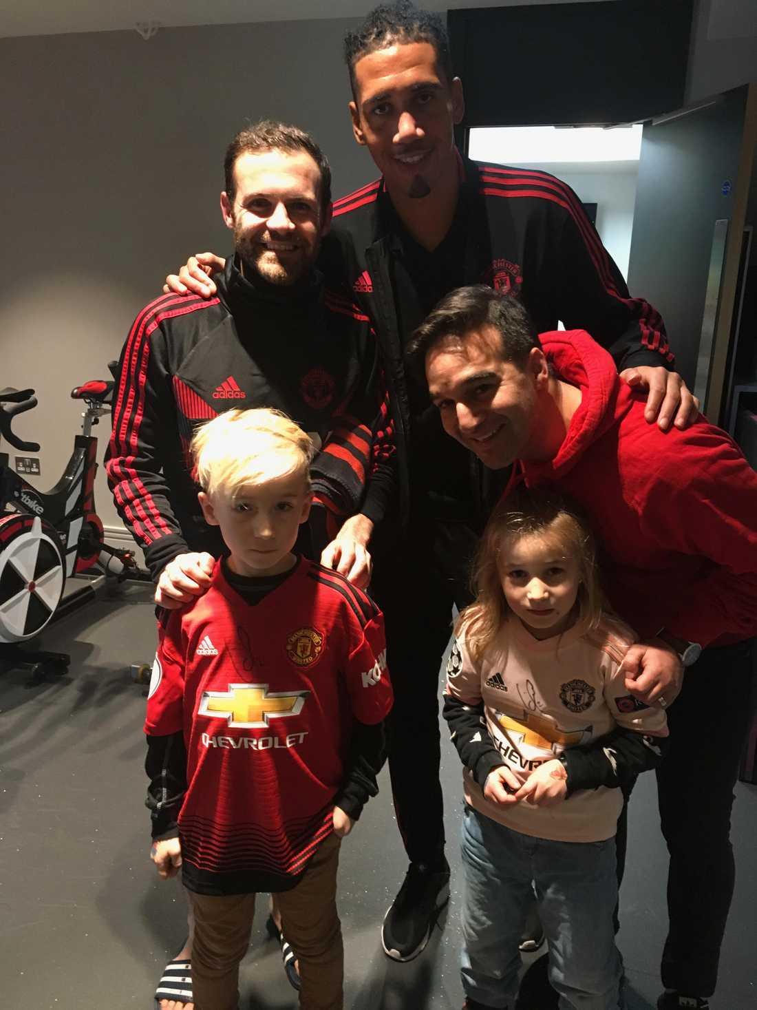 Juan Mata och Chris Smalling ställde upp på bild
