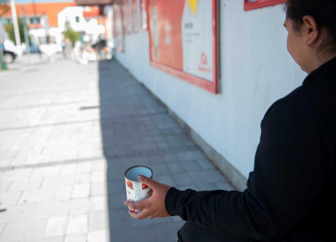 Nittonåriga Iasmina utanför en butik i Vellinge kommun augusti 2017. Arkivbild.