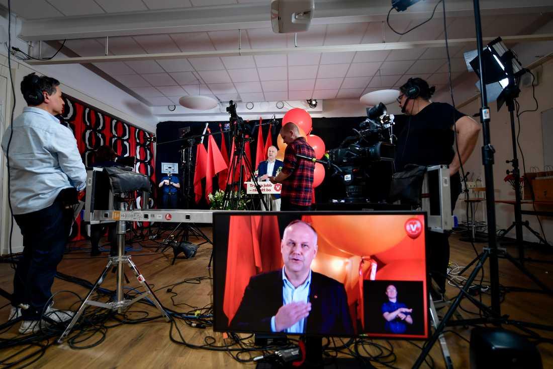 Det blev ett annorlunda förstamajfirande för Vänsterpartiets partiledare Jonas Sjöstedt, som höll sitt tal i en studio.